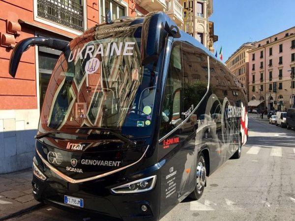 Красуні у віночках зустріли збірну України в Італії (ВІДЕО)