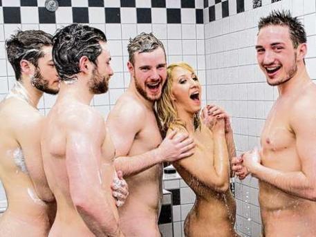 Фото голого парня с голыми блондинками 7076 фотография