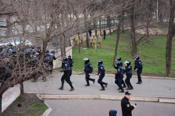 Футбол на другому плані. Чому фанати билися з поліцією на очах у Порошенка