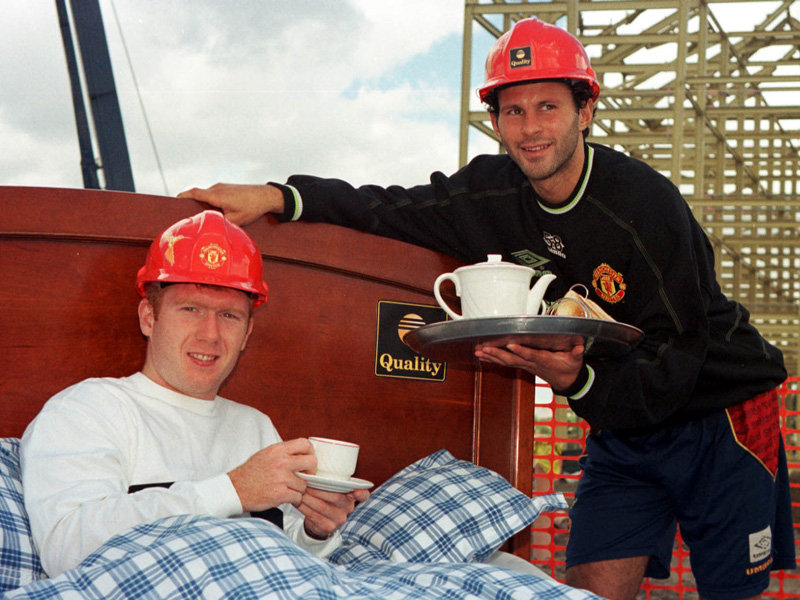 ryan-giggs-paul-scholes-bed-1998-2569162.jpg