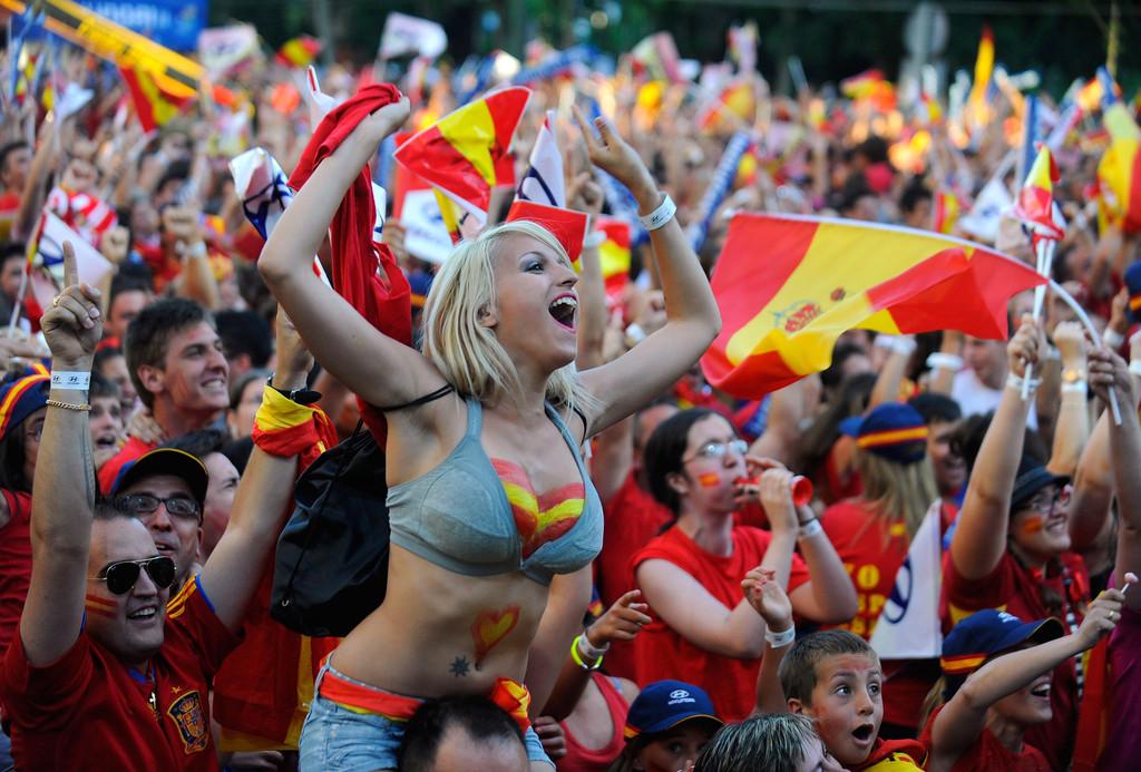 spainfanswatchuefaeuro2012finalmatchh8xu98u17kix.jpg(251 Kb)