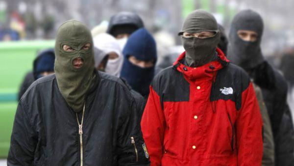 Дикі київські хулігани відлупцювали до втрати свідомості фана ПАОКа (ВІДЕО)